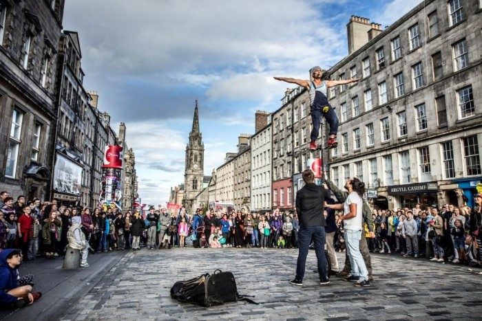 Street-performers-during-the-Edinburgh-International-Festival-CREDIT-AndrewPickettPhoto.com_-e1493319538138